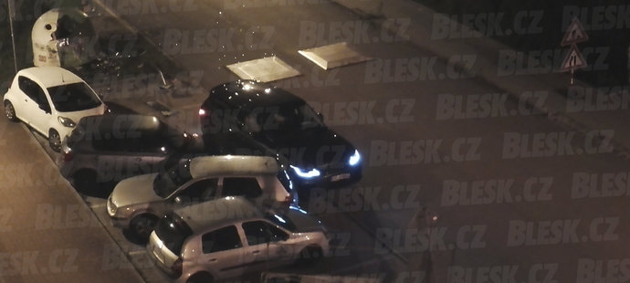 Po nehodě byla ulice plná střepů z kontejneru, který Land Rover rozstřelil