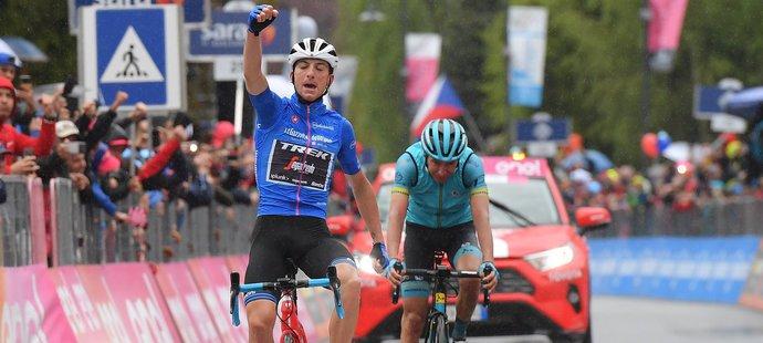 Giulio Ciccone slaví svůj triumf v 16. etapě Gira d'Italia před českým cyklistou Janem Hirtem
