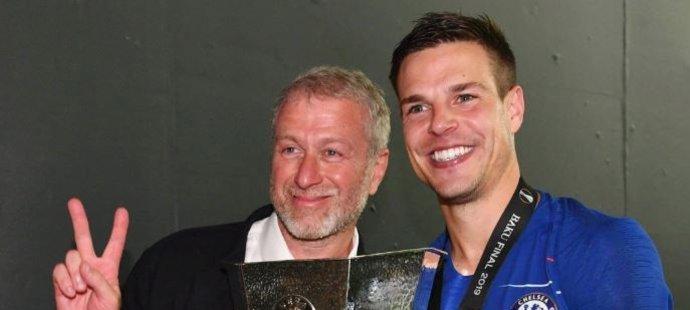 Majitel Chelsea Roman Abramovič a kapitán César Azpilicueta s trofejí pro vítěze Evropské ligy