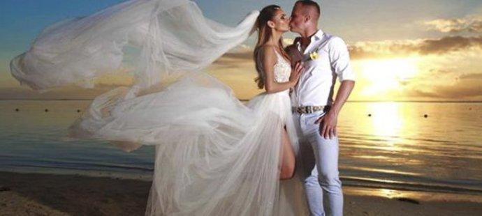 Plzeňský obránce David Limberský se na ostrově Mauricius oženil s přítelkyní Lenkou Olbertovou