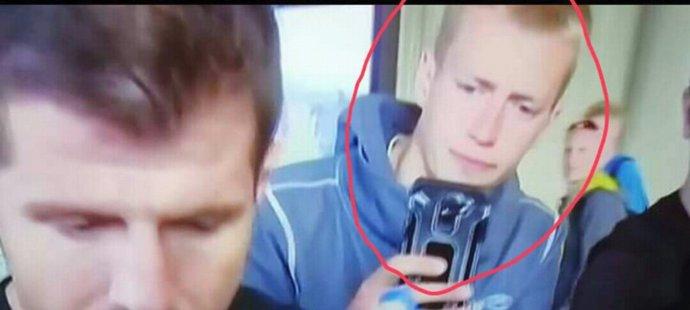 Turečtí fanoušci sdílejí fotografii muže, který nastavil kapitánovi jejich reprezentace kartáč