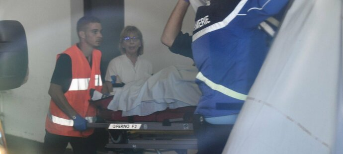 Záchranářo vykládají Chrise Frooma ze sanitky v nemocnici, kam musel být s vážným zraněním převezen