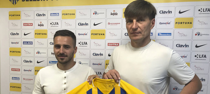 Novou posilou Opavy se stal Karol Mondek (vlevo)