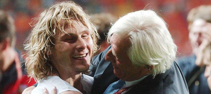 Čistá radost. Pavel Nedvěd v objetí s trenérem Karlem Brücknerem.