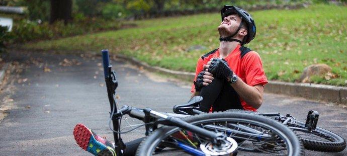 Rychlost, nerovnost na silnici, defekt nebo nezvládnutí náročného terénu – to vše mohou být příčiny cyklistických zranění.