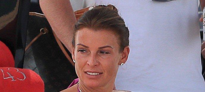 Coleen Roonyová si plavbu okolo Ibizy zpříjemnila kapkou alkoholu