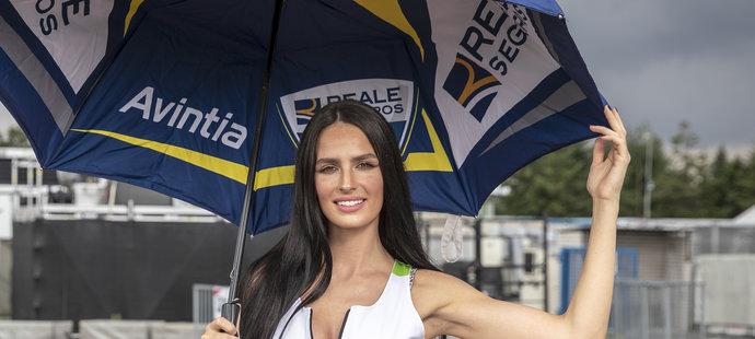 """Hana Vágnerová je jednou z krásných """"grid girls"""" na startovním roštu Moto GP. Je zároveň partnerkou Karla Abrahama"""