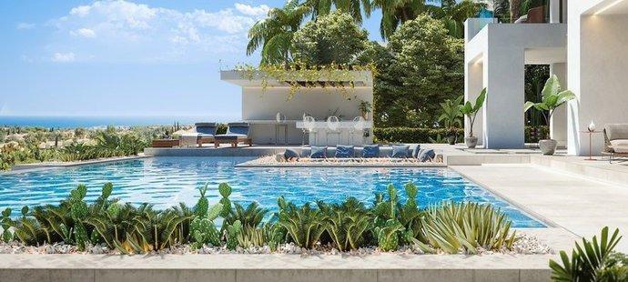 Obří bazén s výhledem na středozemní moře