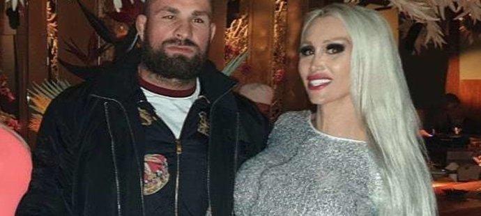 Touto fotkou s Karlosem popřála vnadná blondýnka slavnému zápasníkovi k narozeninám