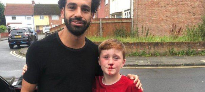Jedenáctiletý Louis Fowler běžel za Salahem, až si zlomil nos. Hvězdný útočník zastavil a se zraněným fanouškem se vyfotil