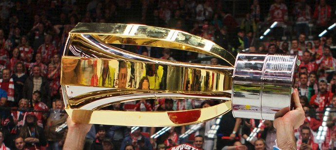 Na konci dubna slavil Vladimír Svačina s Třincem svůj první extraligový titul, na nové smlouvě se nicméně s Oceláři nedohodl