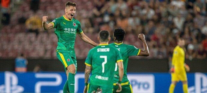 Lukáš Masopust oslavuje se svými spoluhráči trefu, kterou poslal Slavii do vedení 1:0 na hřišti rumunské Kluže v prvním zápase play off o Ligu mistrů