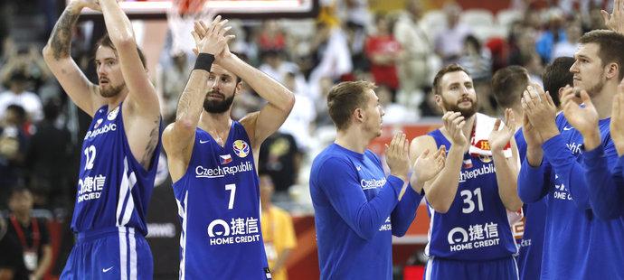 Spokojení čeští basketbalisté slaví výhru nad Japonskem