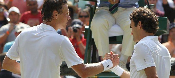 Tomáš Berdych (vlevo) přijímá gratulace od poraženého Rogera Federera