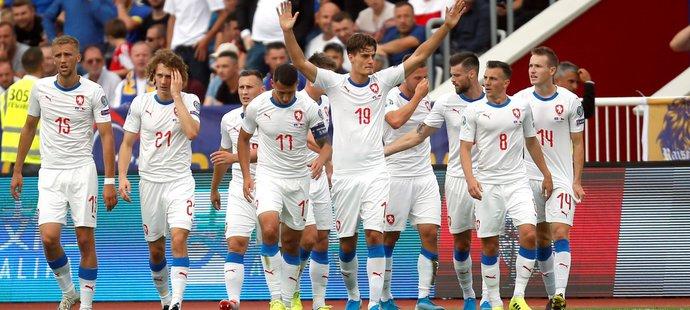 Čeští fotbalisté po gólu Patrika Schicka proti Kosovu