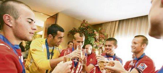 Skleničkou šampaňského si po příletu do Ruzyně ťukli zleva Kubáň, Petr, Mareš, Kalouda a Okleštěk... Pak se tým vydal slavit do centra Prahy.