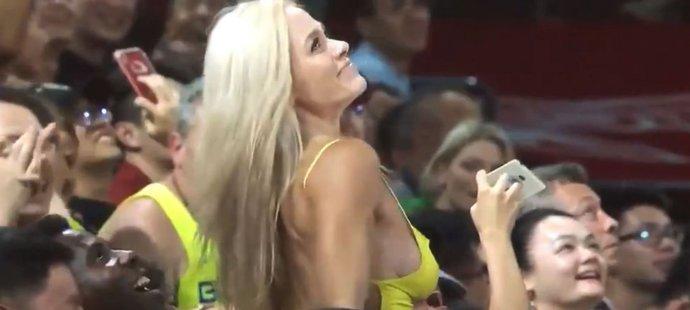 Spoře oblečená fanynka při utkání USA a Brazílie rozvášnila tribuny