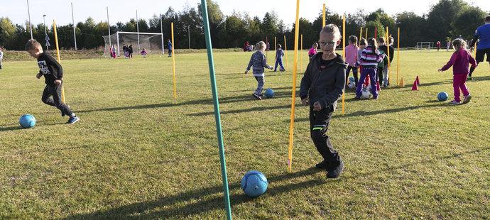 Tři stovky dětí měl ve Všechlapech na povel bývalý reprezentační gólman Daniel Zítka