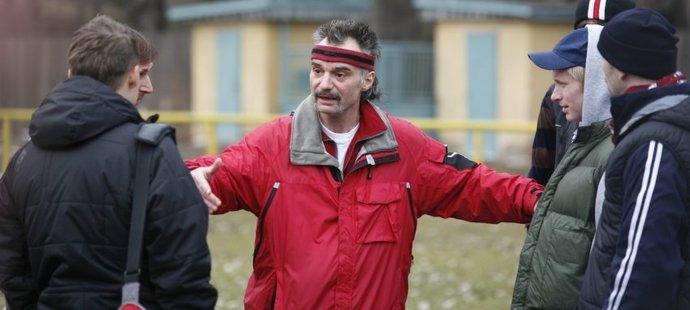 Ivan Trojan jako trenér Bóža Zenkl v seriálu Okresní přebor