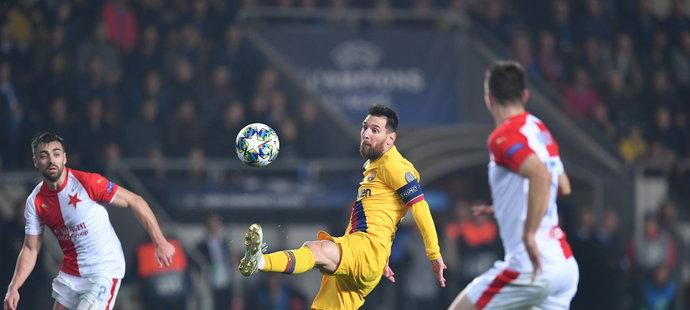 Lionel Messi zpracovává míč před slávistickými hráči