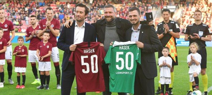 Martin Hašek (uprostřed) převzal od vedení Sparty a Bohemians dar k narozeninám, které oslavil v říjnu, v podobě dresu s 50 na zádech