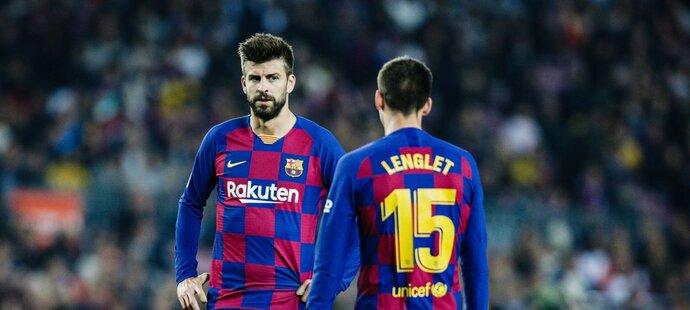 Gerard Piqué (vlevo) a Clément Lenglet (vpravo) v zápase Barcelony s Realem Valladolid