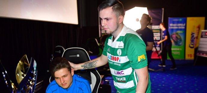 Caster z Bohemians utěšuje T9Lakyho, kterého vyřadil v semifinále CZC.cz iSport LIGY