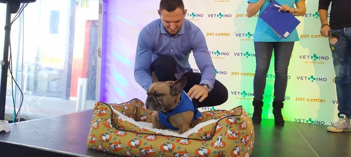 Mistr světa a olympijský vítěz v judu Lukáš Krpálek vyrazil s fenkou francouzského buldočka Olivou k veterináři.