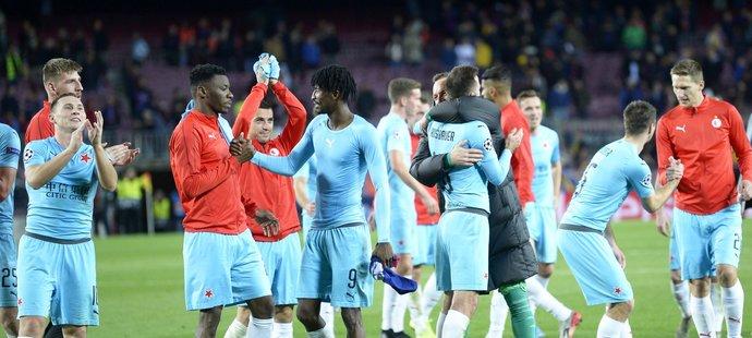 Spokojení fotbalisté Slavie po remíze 0:0 na hřišti Barcelony