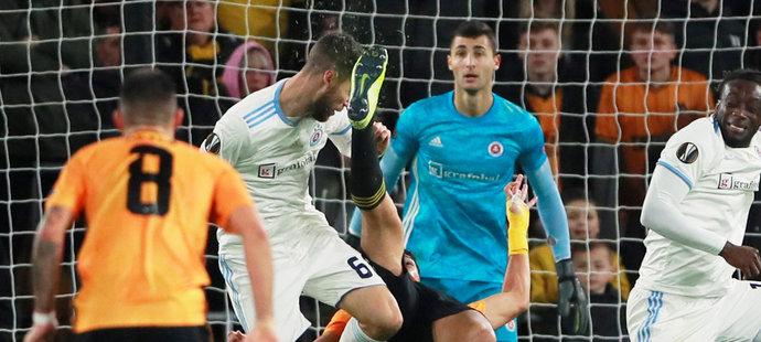 Nešťastný moment v utkání Slovanu Bratislava s Wolverhamptonem, Slovinec Kenan Bajrič upadl do bezvědomí poté, co ho Raul Jiménez nakopl do obličeje