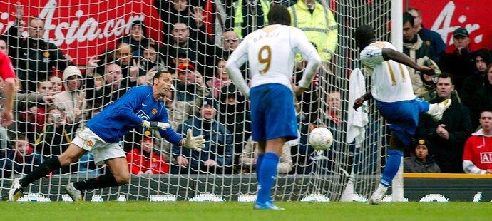 Rio Ferdinand (vlevo) čelil během svého brankářského záskoku dokonce penaltě. Směr odhadl správně, ale míč nechytil