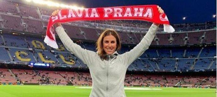 Česká atletka Zuzana Hejnová fandila Slavii při utkání Ligy mistrů na Barceloně