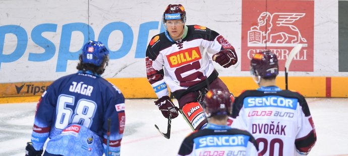 Hokejisté Sparty se radují z prvního gólu v utkání s Kladnem