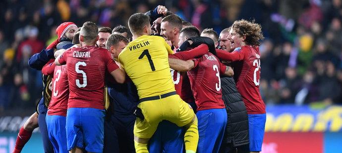 Radost českých fotbalistů po výhře nad Kosovem 2:1, která národní tým posunula na EURO 2020