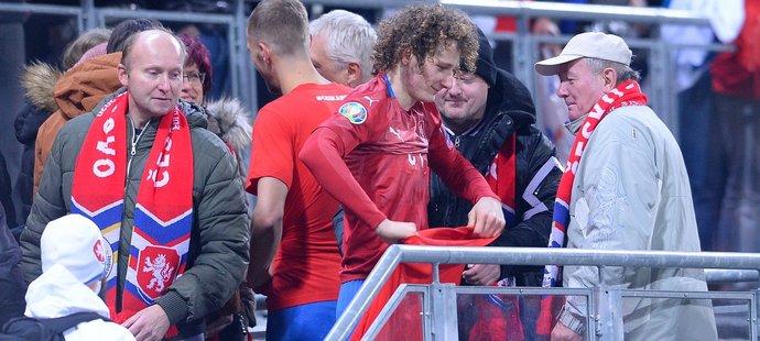 Jeden z hrdinů utkání s Kosovem, záložník Alex Král, se radoval z postupu na EURO i s českými fanoušky