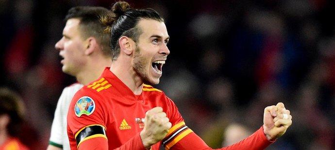Gareth Bale slaví postup Walesu na mistrovství Evropy