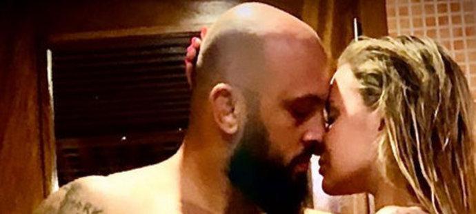 Velice odvážný snímek z koupelny MMA zápasníka Martínka