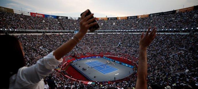 Pohled na zaplněnou největší býčí arénu světa. Celkem 42 517 diváků vytvořilo nový tenisový rekord v návštěvnosti