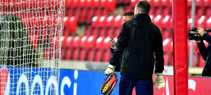 Brankář Slavie Ondřej Kolář odchází předčasně z tréninku před zápasem proti Interu Milán