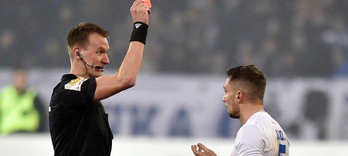Hlavní rozhodčí Ondřej Berka si Jánošův zákrok ještě prohlédl na videu a nakonec zrušil druhou žlutou kartu a udělali rovnou červenou