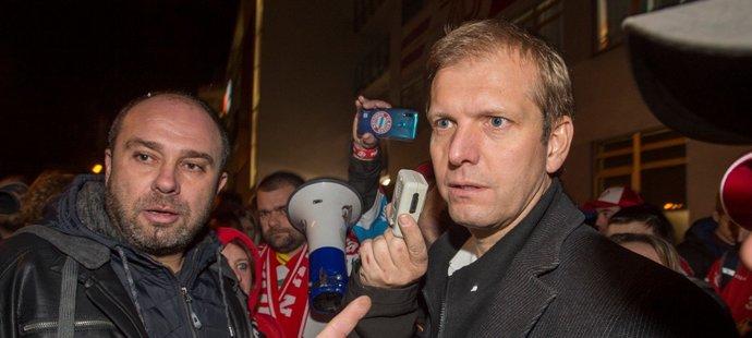 Na Dušana Salfického si před stadionem počkali pardubičtí fanoušci