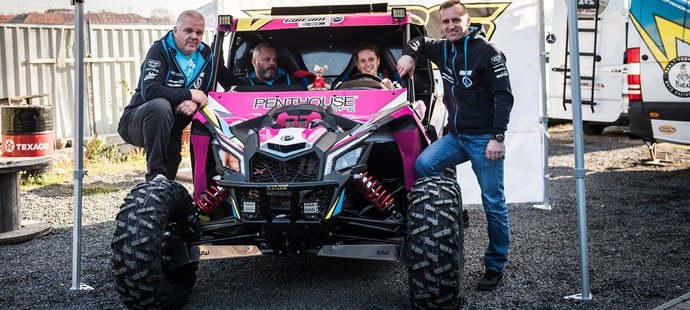 Růžová bugina, na jejímž čele ční hrdý sponzor, se pořadatelům letošního Dakaru vůbec nelíbila a Roučkové tím vzali sen...