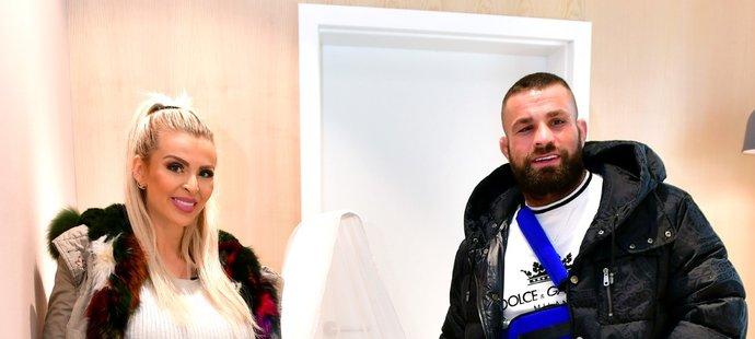 Těhotná Lela a Karlos Vémola na nákupech vybavení pro dítě