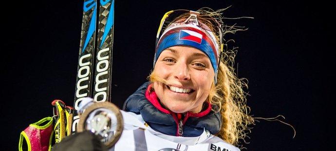 Markéta Davidová se svou bronzovou medailí ze sprintu SP v Östersundu