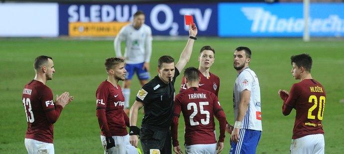 Hlavní rozhodčí zápasu Sparta-Mladá Boleslav Pavel Rejžek v závěru vyloučil po druhé žluté Nikolaje Komličenka