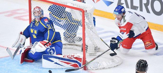 Reprezentační útočník Dmitrij Jaškin se na loňském turnaji v Moskvě snažil překonat švédského golmana