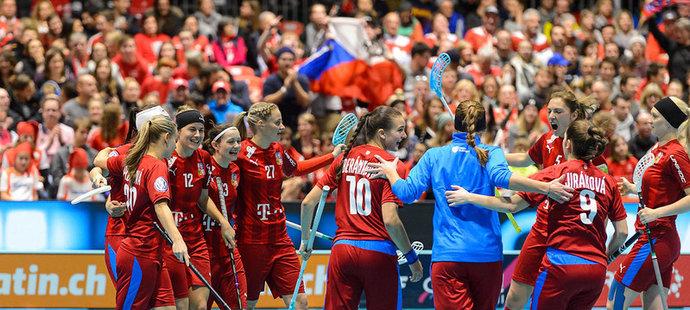 Češky slaví gól na MS ve florbale do sítě Finska
