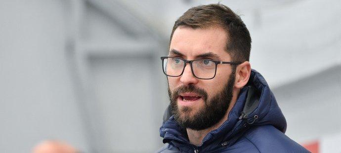 Petr Čáslava jako asistent trenéra Pardubic na střídačce
