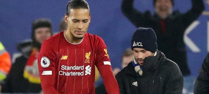 Virgil van Dijk po utkání pomohl trávníkáři Leicesteru