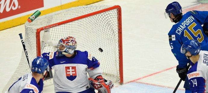 Samuel Hlavaj inkasuje branku v zápase Slovenska s Kazachstánem